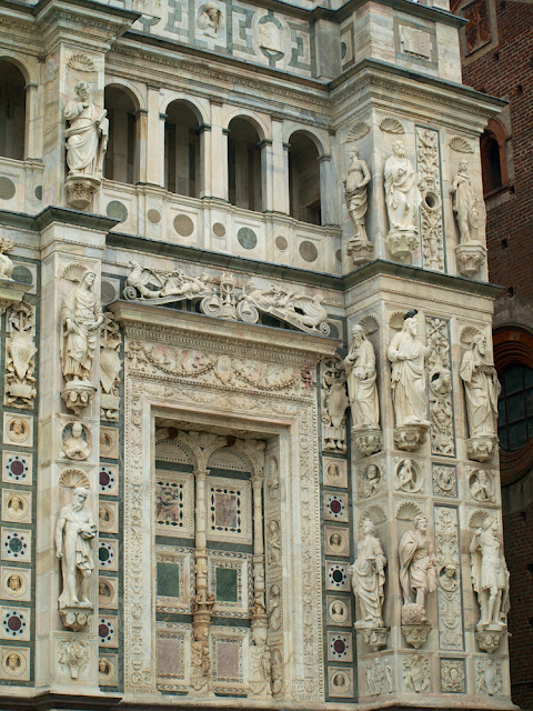 Vista del lateral derecho de la iglesia de la Cartuja de Pavia