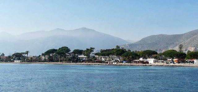 Mondello leży 11 km nazachód od Palermo, Sycylia