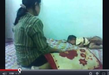 gambar video wanita memukuli bayi