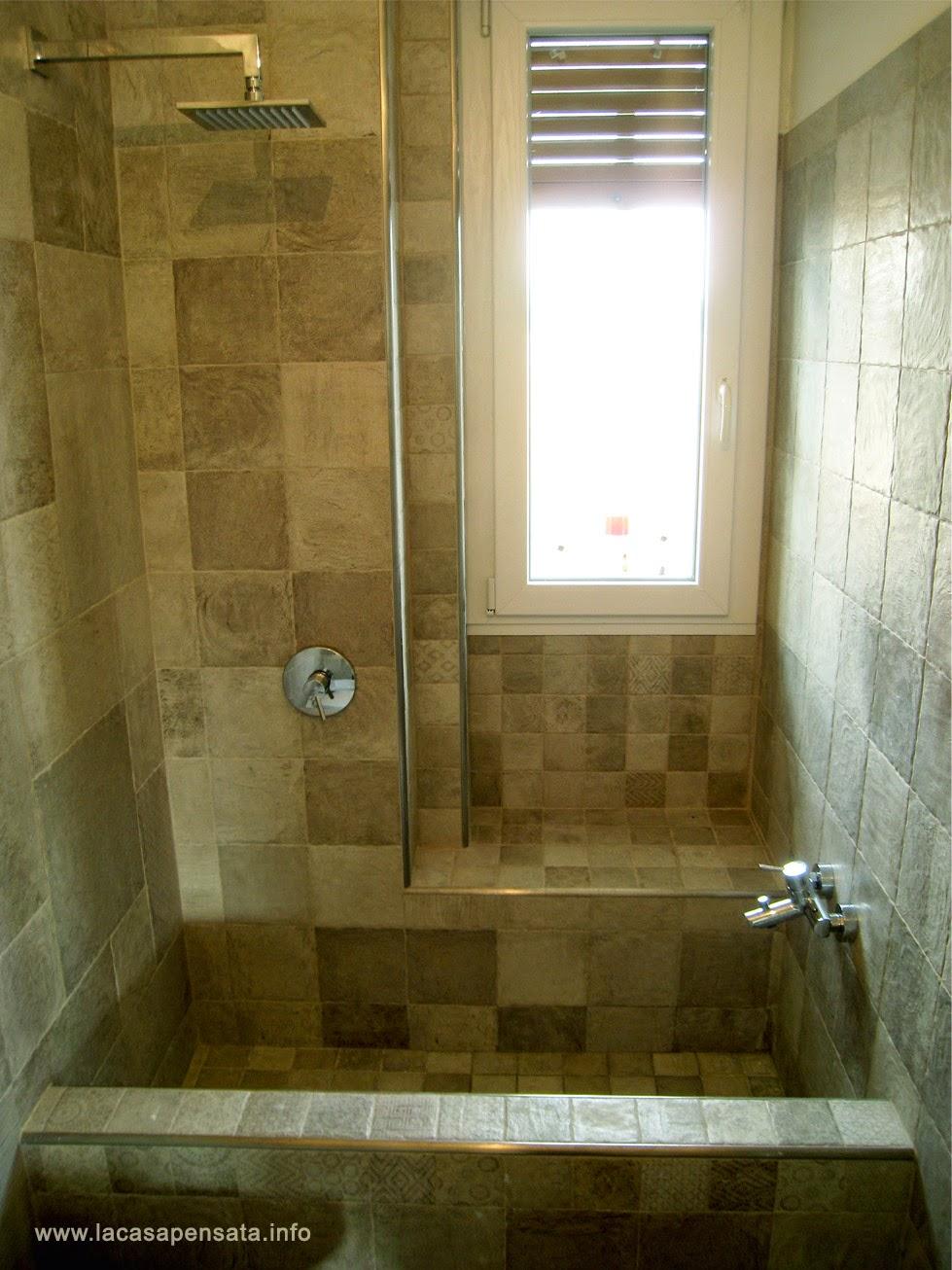 Il bagno stretto e lungo ristrutturato era munito di una ingombrante ...