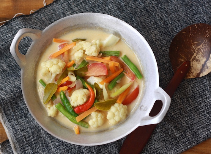 Tom Kha (Thai Vegetable Galangal Soup) by SeasonWithSpice.com