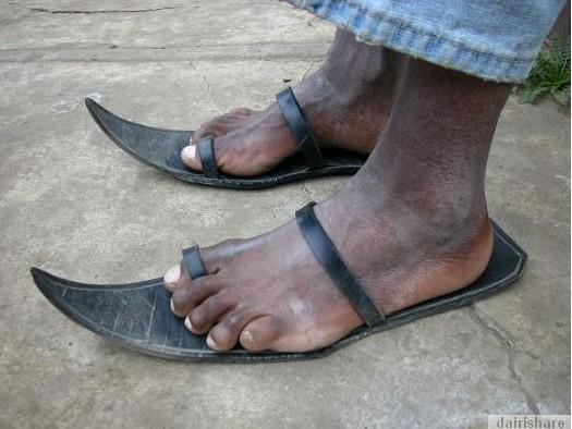 2013 08 23 214730 Kerana Kemiskinan Orang Afrika Buat Selipar Dari Tayar