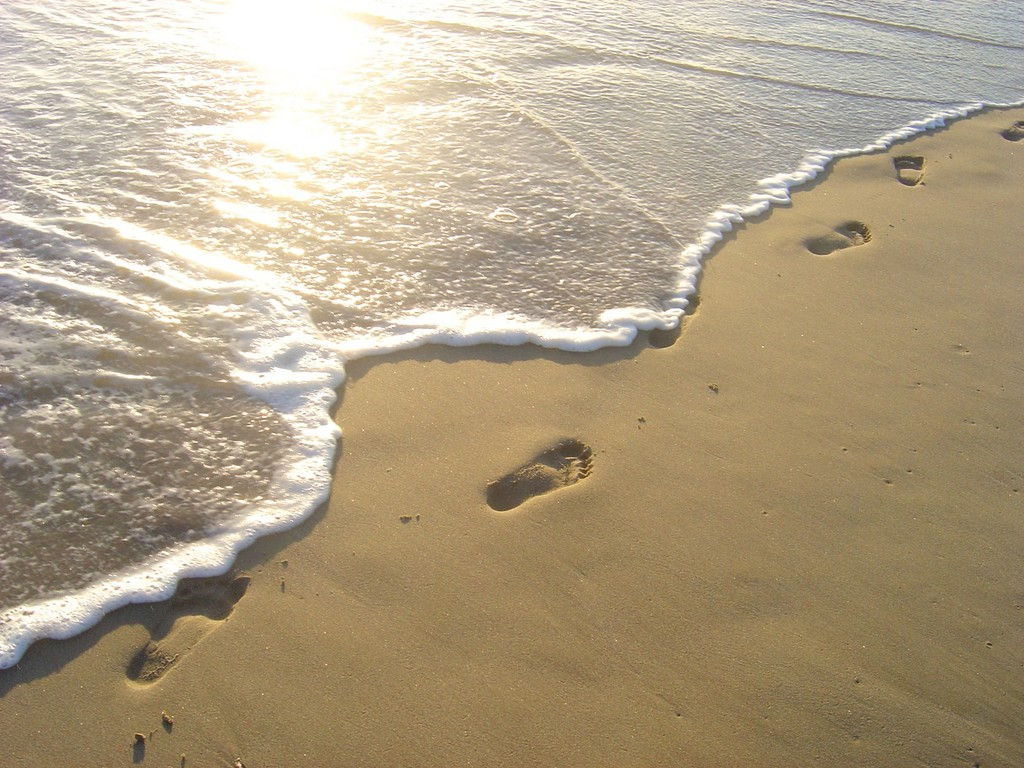 http://1.bp.blogspot.com/-B7EHBguFEKg/TkKMYz4_M9I/AAAAAAAAAFc/ePK8SgPDgQk/s1600/FootprintsInTheSand.jpg