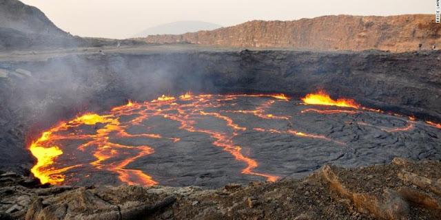 Inilah Destinasi Wisata Terbaik di Dunia Tahun 2015 - Kawah vulkanik Erte Ale yang merupakan kawah tertua yang masih aktif
