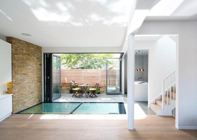Brackenbury house a londra con vetrate a pacchetto e cinema pop up by neil dusheiko arc art - Cucine con vetrate ...