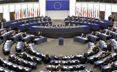 Noul mecanism pentru vegherea respectarii Criteriilor de la Copenhaga ar trebui sa defineasca indicatorii, sa elaboreze recomandari constrangatoare si sa impuna penalitati precum inghetarea fondurilor europene pentru tarile care nu respecta aceste recomandari.