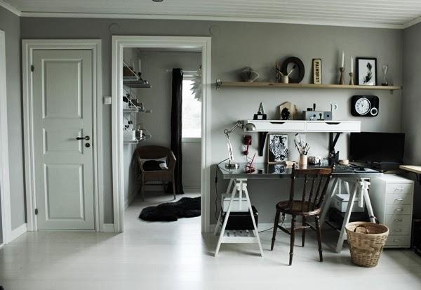 arbetsrum, vit parkett, skrivbord från ikea, svart fårskinn på golvet, matta, vita spegeldörrar, renoverat arbetsrum, övervåning, grå vägg, målat väggen ljusgrå, stol från loppis, korg, papperskorg, print zebra, inredning arbetsrum, atelje, hyllor, hurts av plåt, skrivbordslampa, vitt tak, måla taket vitt, arbetshörna, helhetsbild,