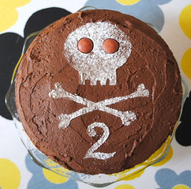 Pirate skull & crossbones stencil chocolate cake