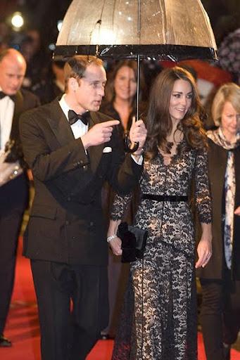 Уилям в смокинг, Кейт с дантелена рокля