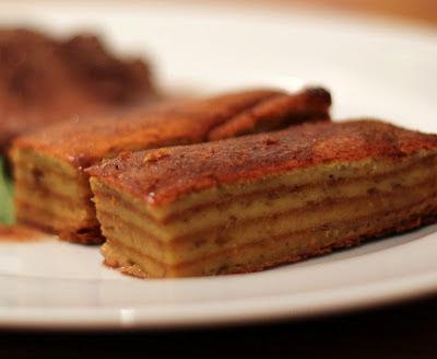 Wunderbar geschichtet: Glasierter Kartoffelbaumkuchen, aufgeschnitten | Arthurs Tochter Kocht by Astrid Paul
