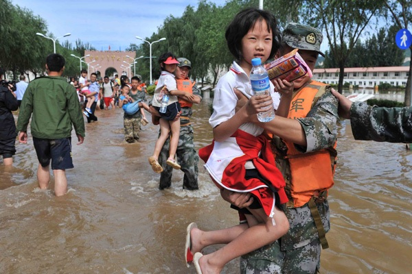 Bejing_floods_2012_Soldiers_evacuating_students_recent_natural_disasters
