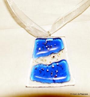 colgante transparente y azul