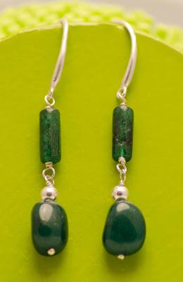 Pendientes de jade verde con motivos y pasadores en plata