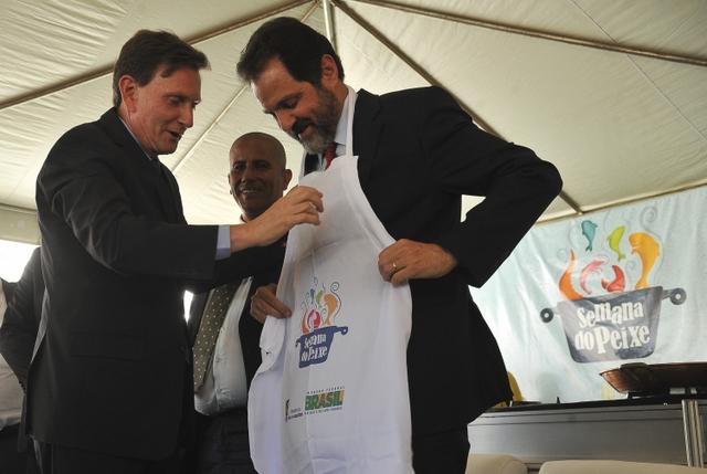 O ministro da Pesca, Marcelo Crivella, e o governador do Distrito Federal, Agnelo Queiroz, participam da 9ª Semana Nacional do Peixe