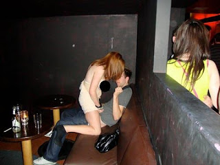 smešna slika:Mladi par se jebe u baru