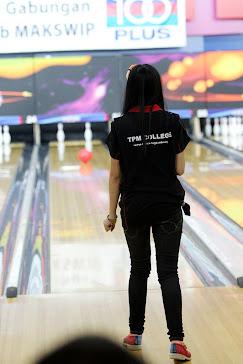 menunggu bola bowling ...