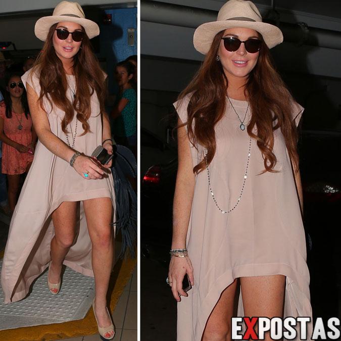 Pernas de fora: Lindsay Lohan no estacionamento de um hotel na Califórnia