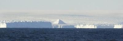 piramide cubierta de hielo en la antartida