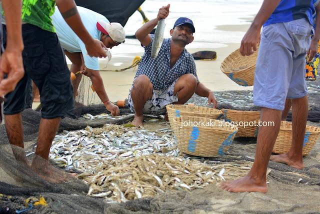 Goa-Beach-India-Goan-Fishermen-Watching