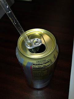 como não deixar o canudinho escapar da lata de refrigerante