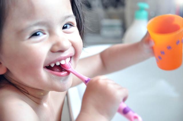 ma fille se brosse les dents toute seule et b b grandit en unschooling. Black Bedroom Furniture Sets. Home Design Ideas