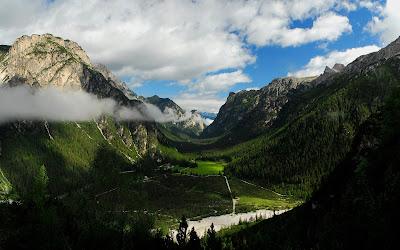 Bonito wallpaper de las montañas verdes naturales