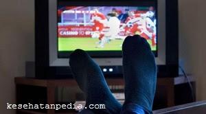 Menonton sepak bola di malam hari