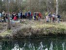 El control de la Font del Vilar des de l'altra banda de la bassa