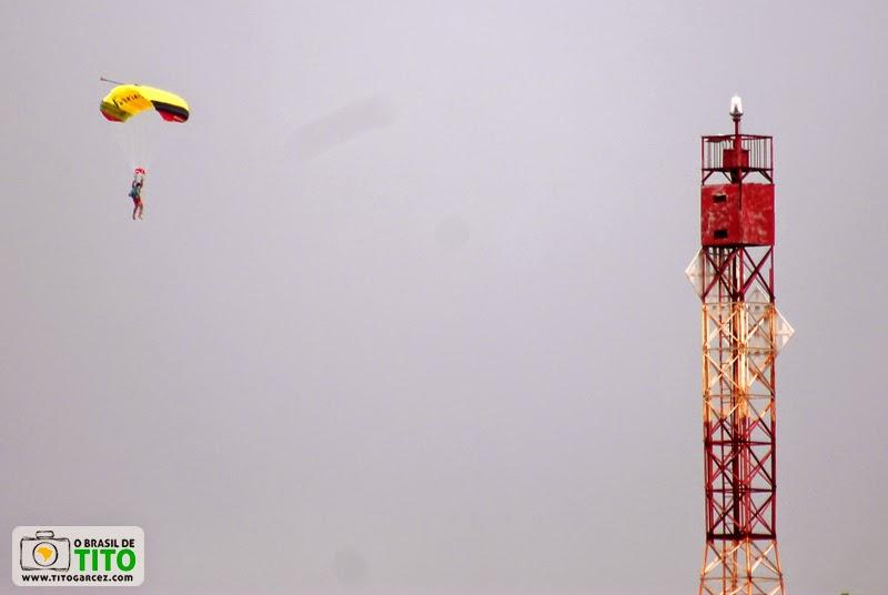 Farol e paraquedista na praia da Princesa, na ilha de Maiandeua (Algodoal)