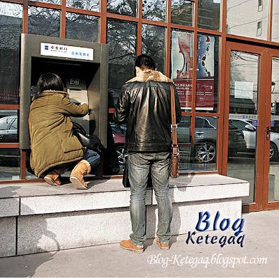 Sukarnya menggunakan mesin ATM di China