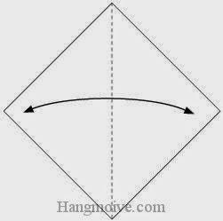Bước 1: Gấp đôi tờ giấy theo chiều trái - phải để tạo nếp gấp, sau đó lại mở ra.