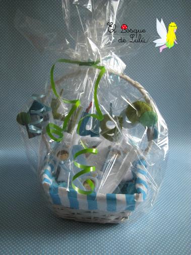 cesta-regalo-nacimiento-bienvenida-detalles-bebé-personalizado-en-fieltro-de-fieltro-letrero-Hugo
