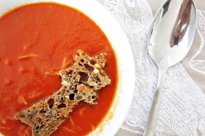 Tomatensuppe mit gegrillten Paprika und Nudeln
