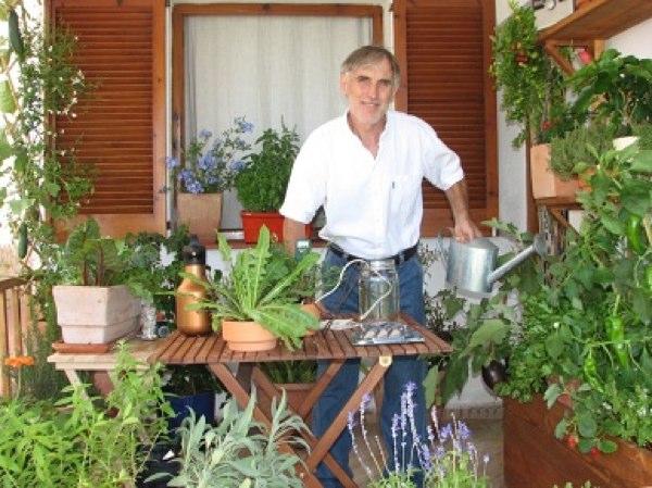 Mariano Bueno con su huerto en casa