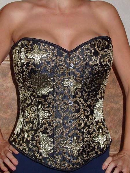 corset negro y dorado