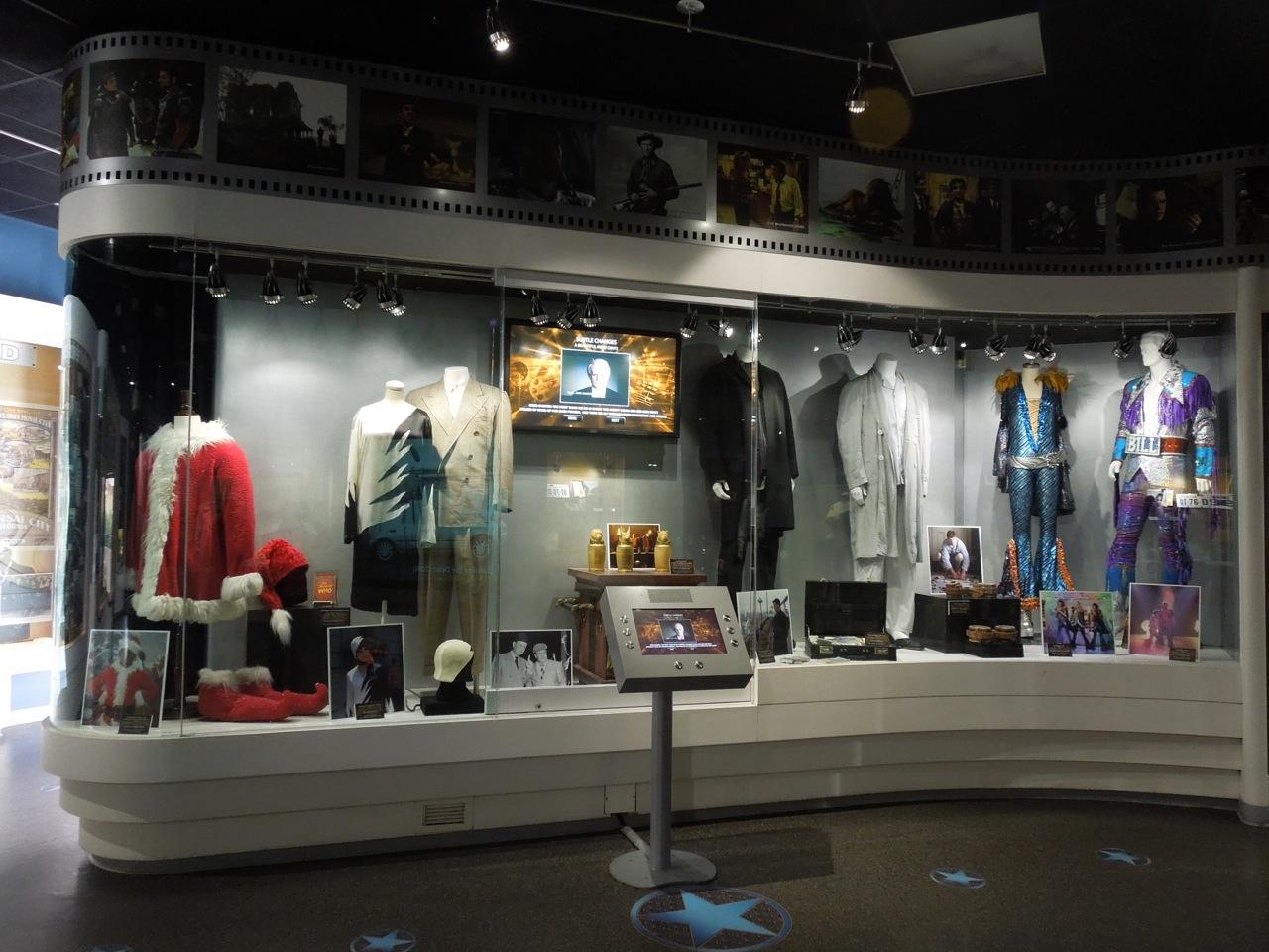 http://1.bp.blogspot.com/-BDWE7h8yjoY/T5n2OrYgp0I/AAAAAAAAq2A/Ry8z3ZtNjfI/s1600/UniversalStudios+costume+exhibit.jpg