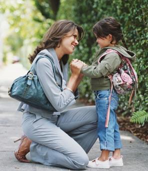 Resultado de imagen para madre e llevando hijo a la escuela