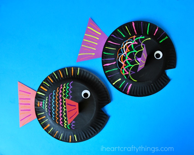 You might want to whip out several paper plates just for yourself because it\u0027s so much fun you\u0027re going to want to make more than one. & Paper Plate Fish Kids Craft using liquid chalk | I Heart Crafty ...