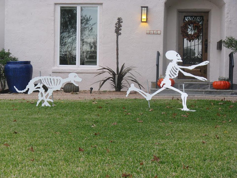 Midnight in the garden of evil dog chasing skeleton - Decoration halloween fait maison ...
