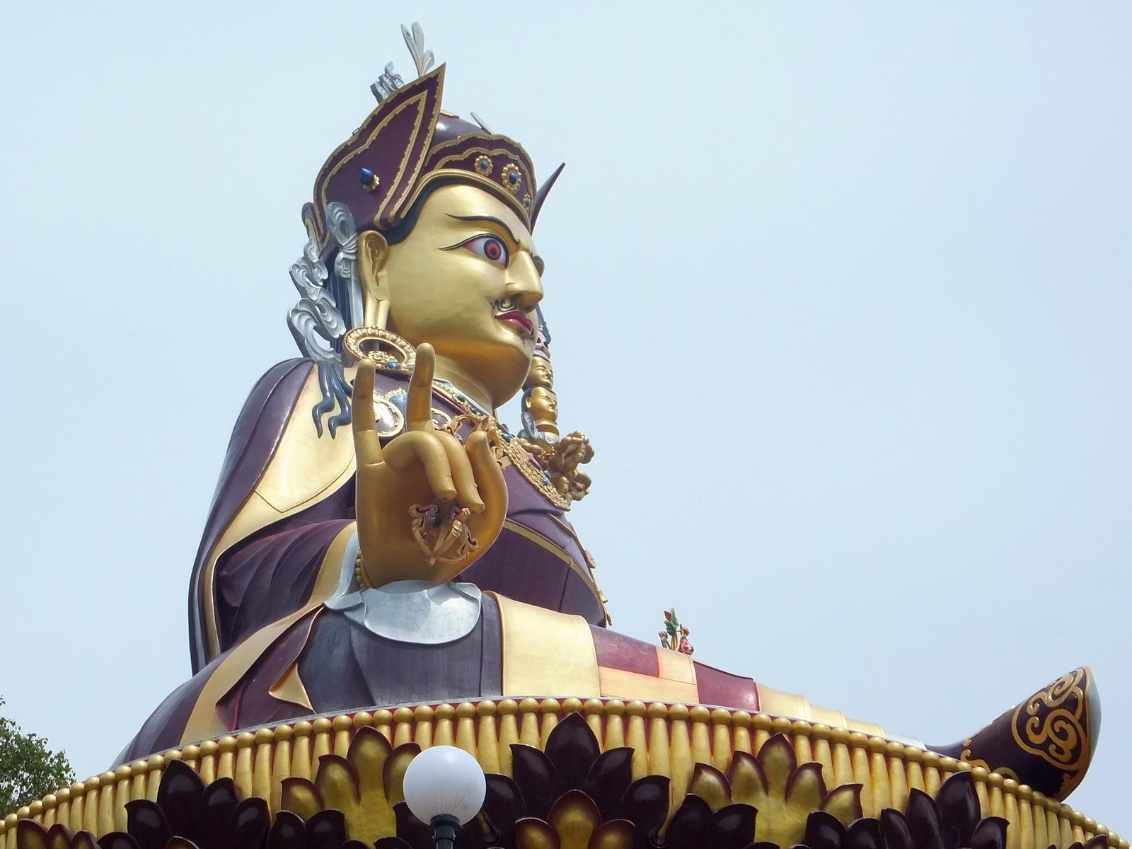 Статуя Падмасабхавы в Ревалсаре