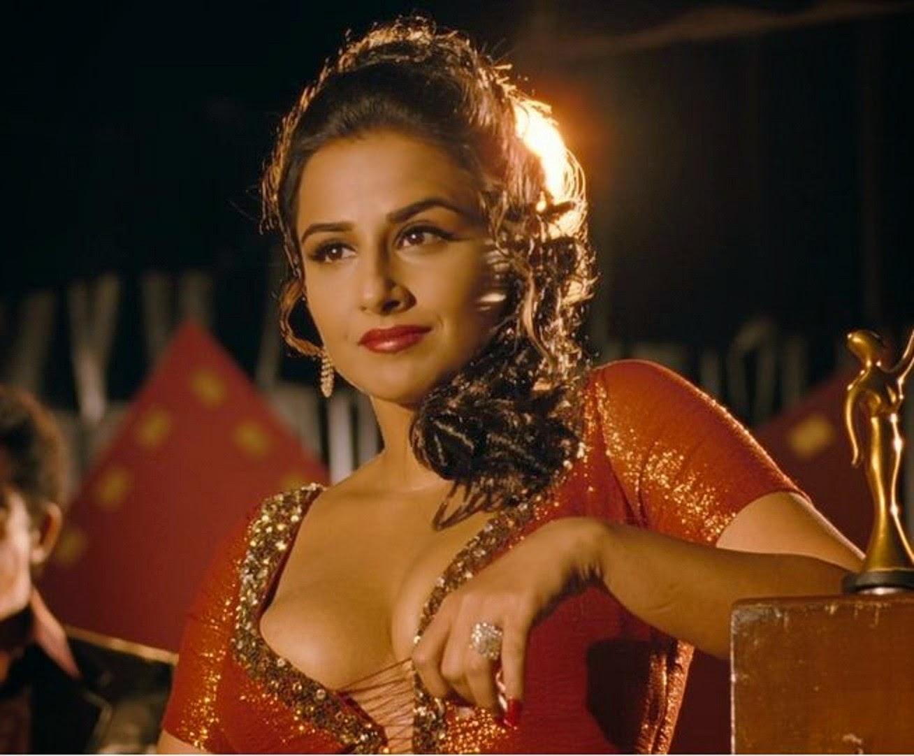 Vidya Balan looking in red saree hot and sexy wallpaper photo