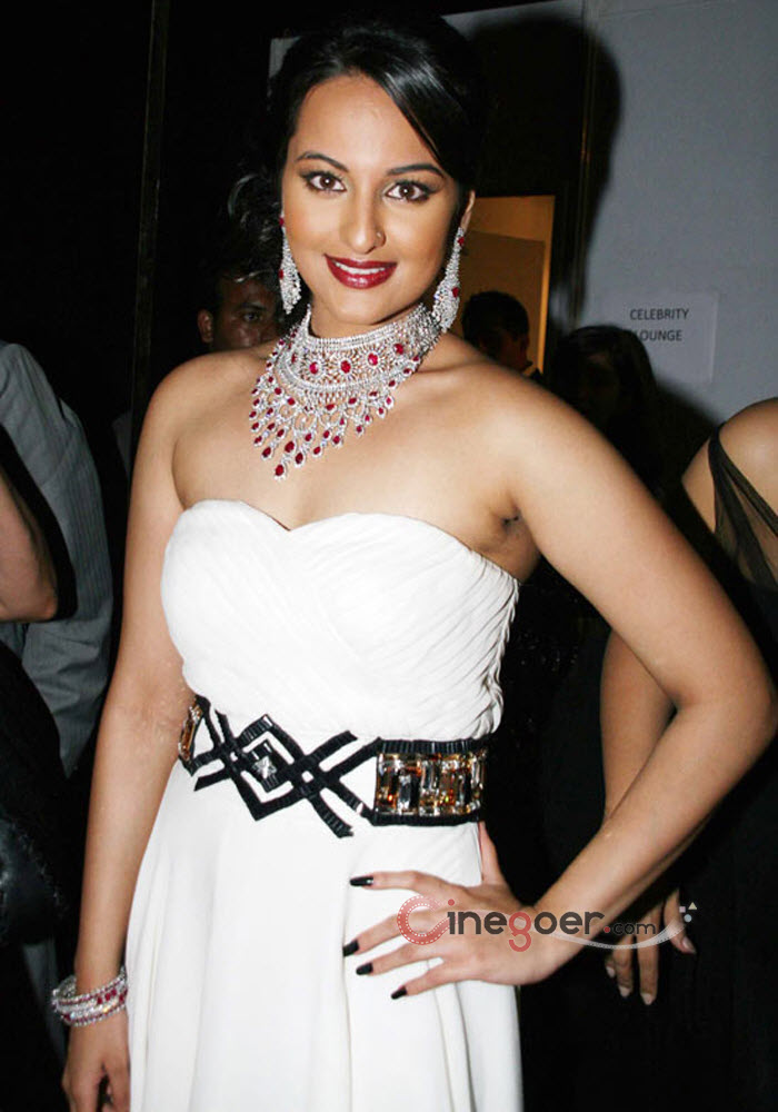 Fashion Bollywood Actress Sonakshi Sinha Hot Fashion Styles