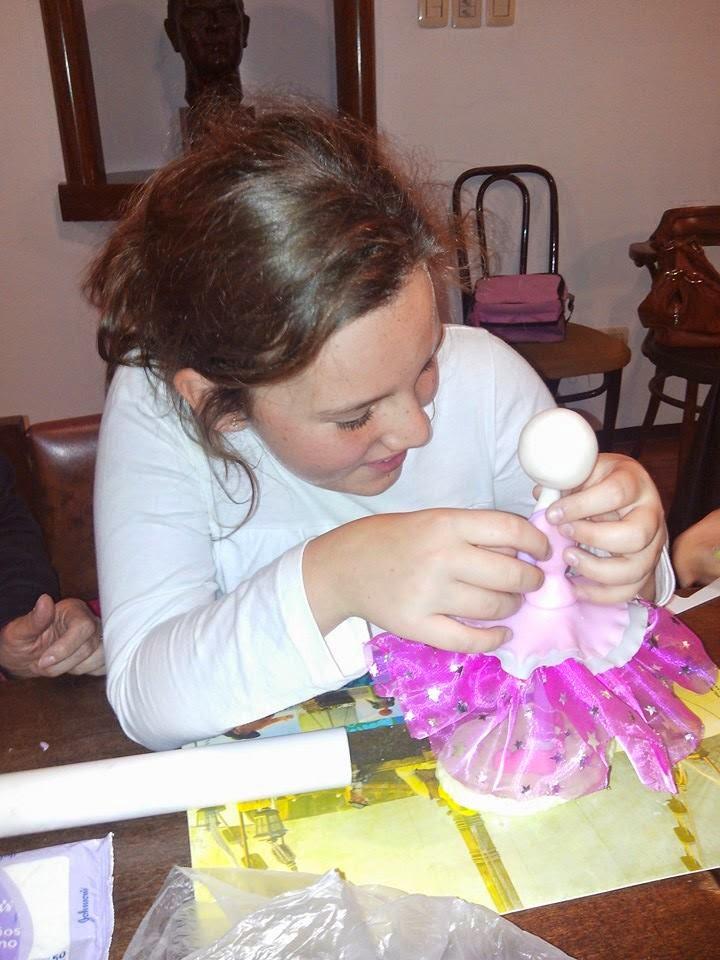 Fati Trabajando con su muñeca de Altura
