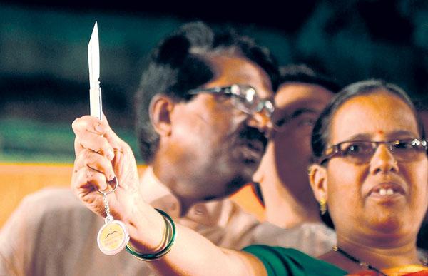 SEORANG wanita memegang sebilah pisau yang diberikan oleh kakitangan parti Shiv Sena di Mumbai kelmarin.