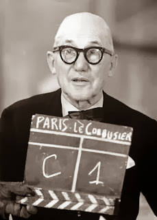 Le+corbusier+en+su+taller+35+rue+de+s%c3%a9vres,+grabando+un+programa+de+tv.+imagen+le+corbusier+le+grand,+phaidon+editorial
