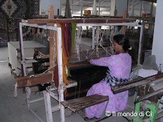 Una tessitrice all'opera a Manali