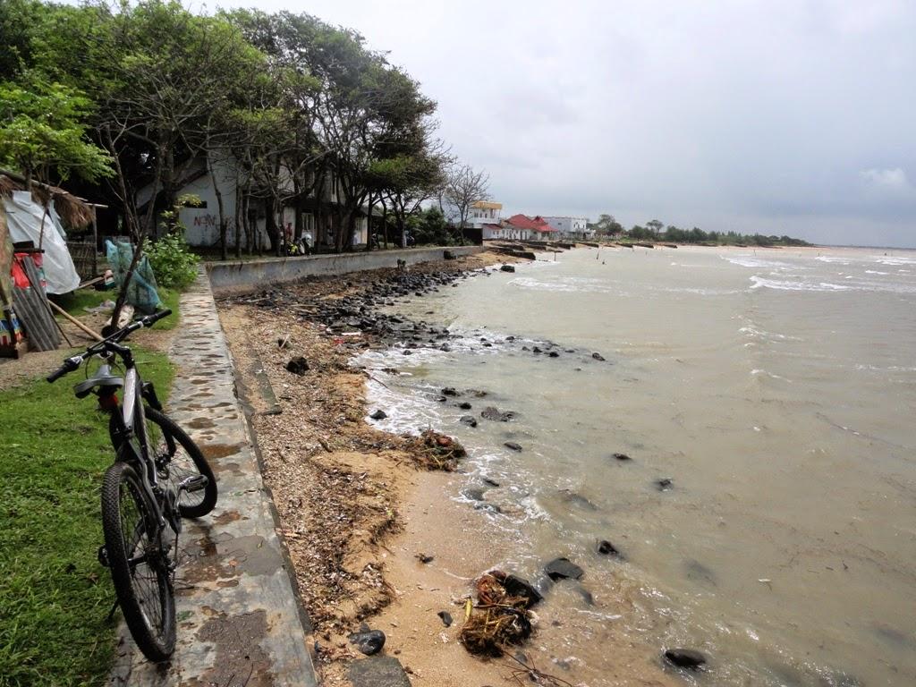 Sepeda terparkir ditepian pantai Teluk Awur