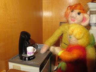 Magnus gibt Hanna eine Kaffeemaschine