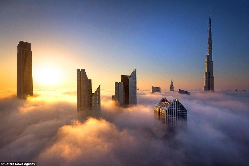 ناطحات دبي فوق الضباب وقت غروب الشمس