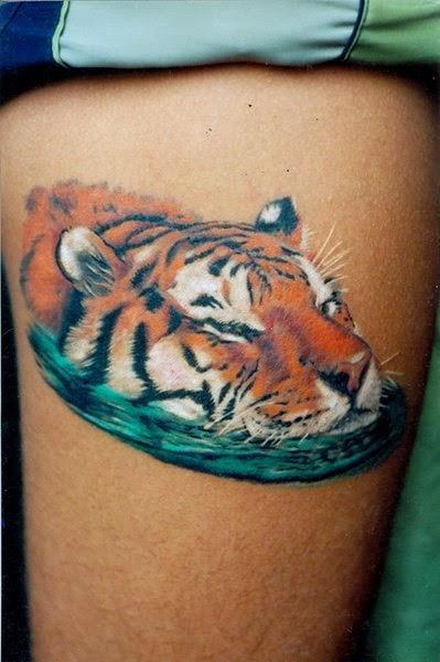Tatuaje tigre en el agua